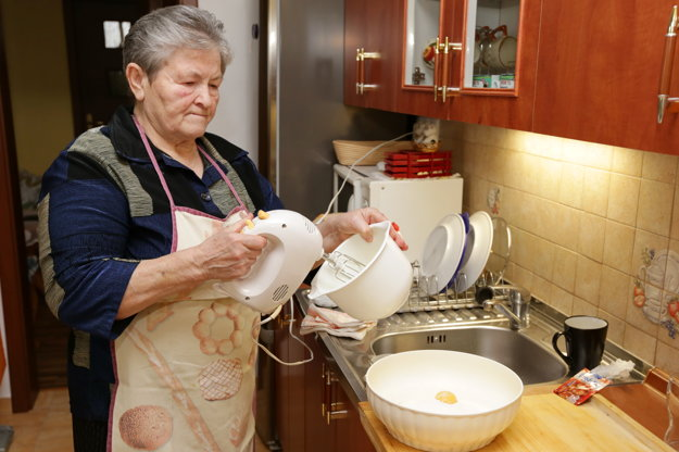 Rozália Marciová pripravovala šišky.