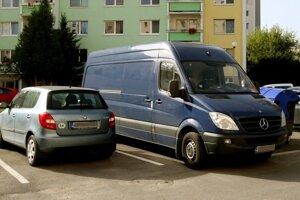 Vyznačenie parkovacích plôch zabraňuje živelnému parkovaniu.