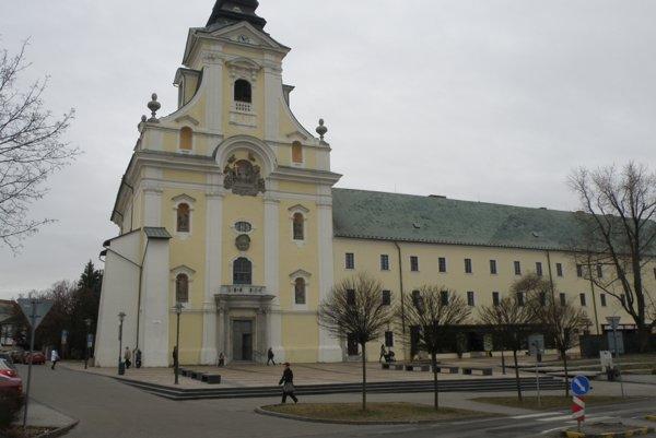 Námestie piaristov je nový názov pešej zóny pred piaristickým kostolom.