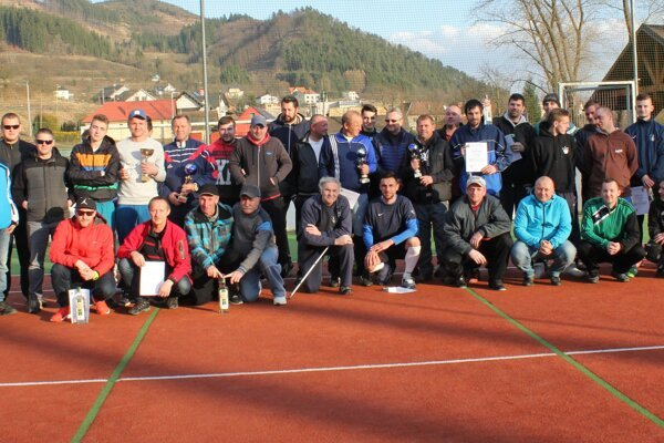 Účastníci Zimnej ligy v malom futbale v obci Divinka.