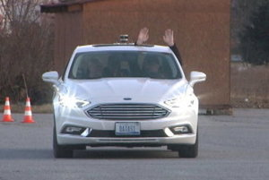 Ruky nemusia byť na volante. Legendárny Kitt má svojich nástupcov.