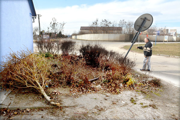 Zničené kríky, ohnutá značka. Stačilo pár centimetrov a auto mohlo skončiť v dome.