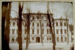 Budova gymnázia v minulosti.