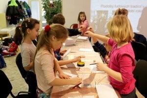 Deti vyrábali tušovou technikou škrabošky.