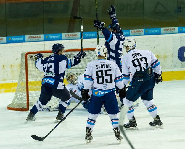 Hokejisti Martina oslavujú gól do siete Nitry.