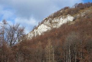 Vápencové galérie Folkmarskej skaly zo sedla Zemičky.