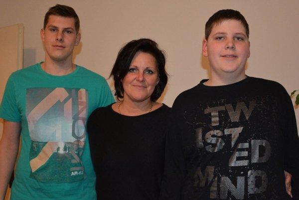 Vdova Zuzana Nôtová so svojimi synmi Júliusom (vľavo) a Jakubom.