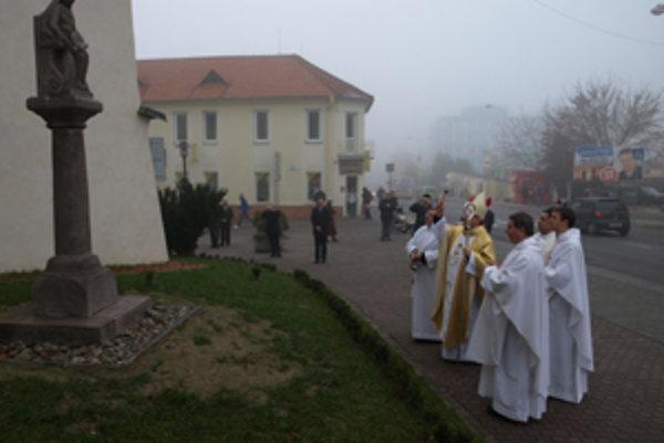 Biskup Rudolf Baláž posvätil v Prievidzi aj zreštaurovanú sochu sv. Anny.