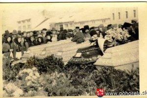 Do konania pohrebu v Brezne ešte všetky obete v lavíne nenašli. Objavili iba deväť tiel.