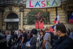 Účastníci protestu proti islamizácii Európy a trasparent, ktorý ich čakal na Štefánikovej ulici.