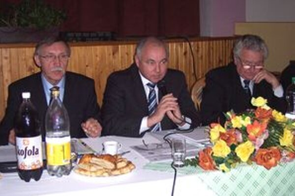 Výkonný podpredseda ZMOS Jozef Turčány vysvetľuje hornonitrianskym primátorom a starostom východiská pre prípravu rozpočtov.