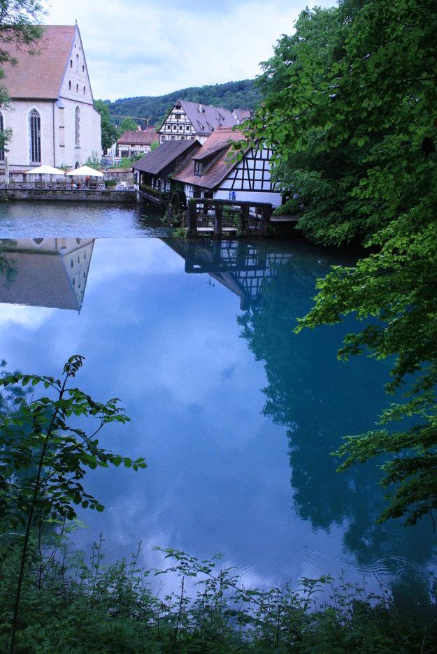 Blautopf s vodným hámrom a kláštorným kostolom v pozadí.