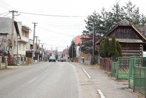 Hlavná ulica. Iný názov si hlavná ulica vedúca dedinou nezaslúži.