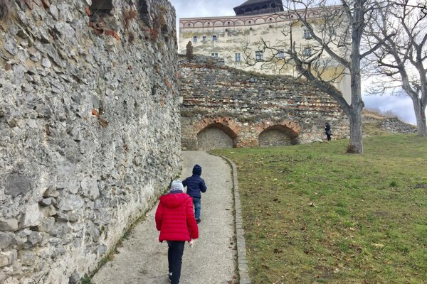Zatraktívniť Trenčiansky hrad pomôžu aj stredoškoláci, napríklad úpravou trávnikov.