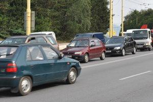Autobusová či trolejbusová doprava je neraz na úrovni pešej dopravy.