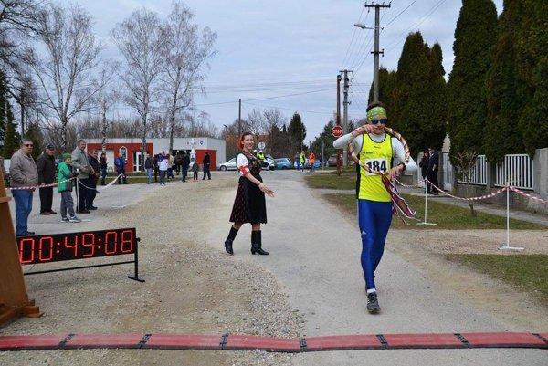 V cieli bol prvý 18-ročný Matúš Verbovský. Je to Levičan, majster Slovenska v triatlone, ktorý v bežeckých súťažiach reprezentuje klub Atléti BS.
