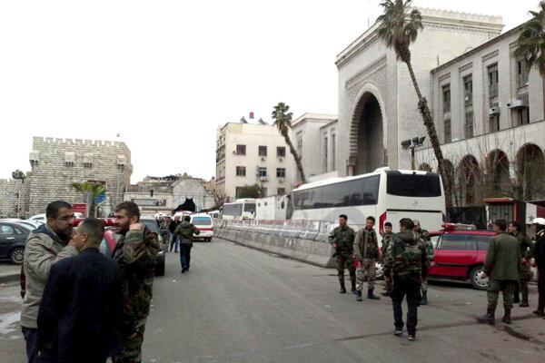Sýrske bezpečnostné zložky pred justičným palácom, kde došlo k jednému z teroristických útokov.