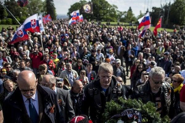 Oslavy oslobodenia Červenou armádou na Slavíne: Noční vlci aj separatistické vlajky.