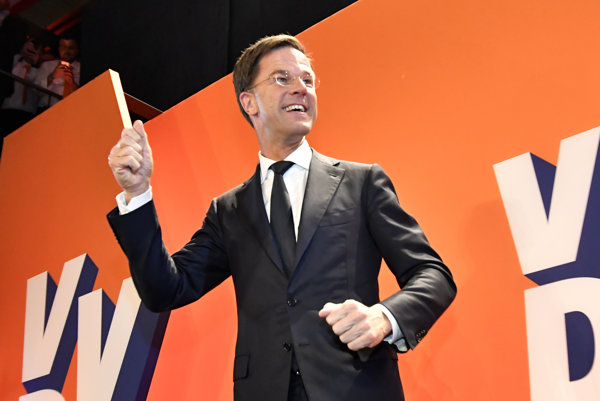 Premiér Mark Rutte z VVD oslavuje víťazstvo.