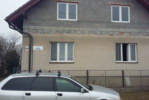 Vodári videli horiacu ženu spoza okna tohto domu.