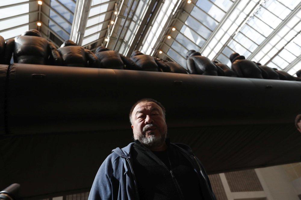 Čínsky umelec Aj Wej-Wej pózuje vedľa svojej inštalácie v Národnej galérii v Prahe.