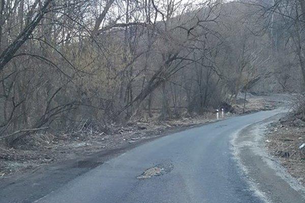 Asfalt na provizórnej ceste. Pod tlakom áut povolil už po pár dňoch.