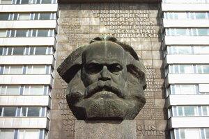 V nemeckom Chemnizti už pamiatka na Marxa stojí. Hlava meria sedem metrov a váži štyridsať ton.
