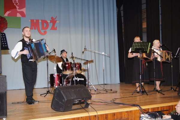 Heligonica zahrala a zaspievala ženám v Lehote pod Vtáčnikom k ich sviatku.