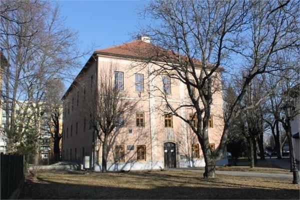 Knižnica sídli v tejto budove.
