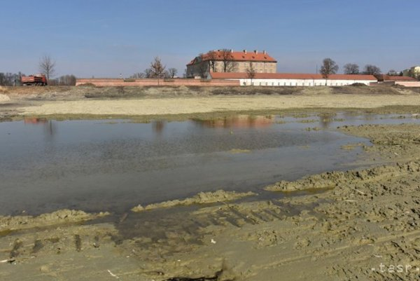 Dno vypusteného zámockého rybníka FOTO: (TASR)