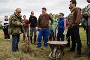 Jedným z lektorov je aj poľnohospodár Ján Šlinský, vynálezca agrokruhu, jeho workshop prebieha u neho na farme.