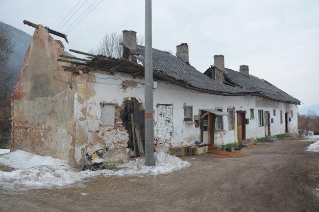 Prepadnutá strecha pod ťarchou snehu. Starostka podotkla, že časť zodpovednosti nesú aj samotní obyvatelia, ktorí sa obudovu dostatočne nestarali.