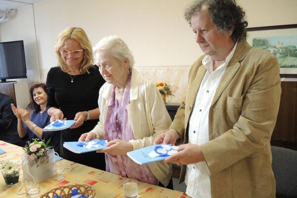 Libuša Prekopová (v strede) pri krste svojej prvej knihy.
