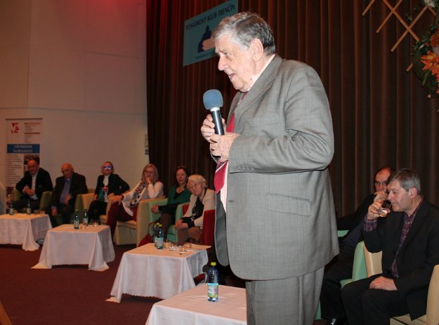 Vzorka výnimočných trenčianskych literátov počas besedy s verejnosťou, vpredu Ivor Ripka