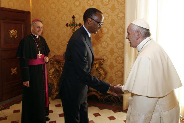 Pápež na stretnutí s rwandským prezidentom Paulom Kagamem.