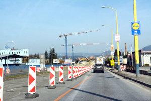 Zúžená cesta v smere do Prešova pred stavbou kruhového objazdu pri ZVL.