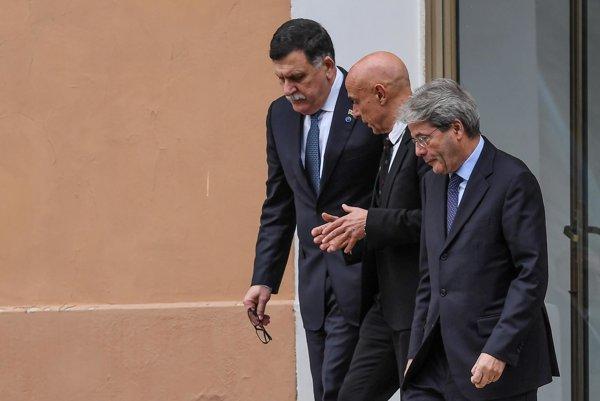 Líbyjský premiér Fájiz Sarrádž (vľavo), taliansky minister vnútra Marco Minniti a taliansky premiér Paolo Gentiloni.
