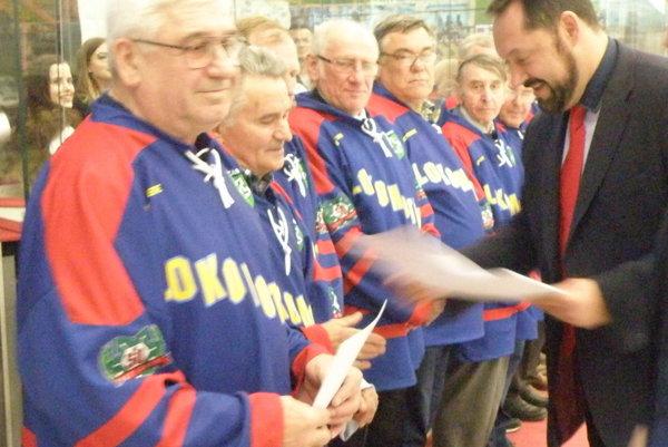 Primátor mesta Otokar Klein oceňuje zakladateľov novozámockého hokeja