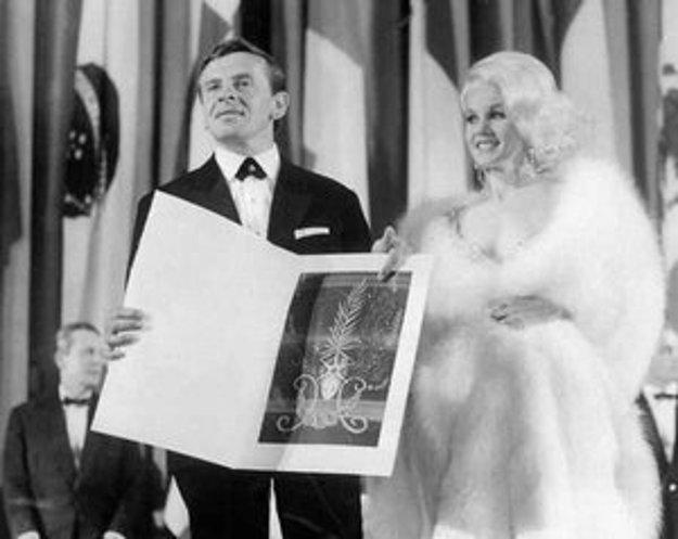 Jozef Kroner s herečkou Carol Bakerovou pri odovzdávaní ceny v Cannes v roku 1965.