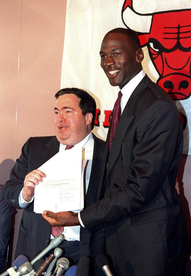 Na snímke z roku 1988 Jerry Krause (vľavo) pózuje s Michaelom Jordanom po tom, ako hviezdny basketbalista podpísal nový kontrakt s tímom Chicago Bulls.