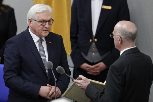 Nový nemecký prezident Steinmeier skladá prísahu.