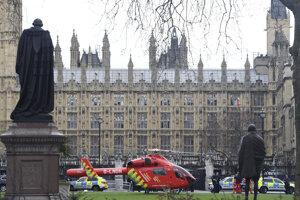 Záchranári pred britským parlamentom.