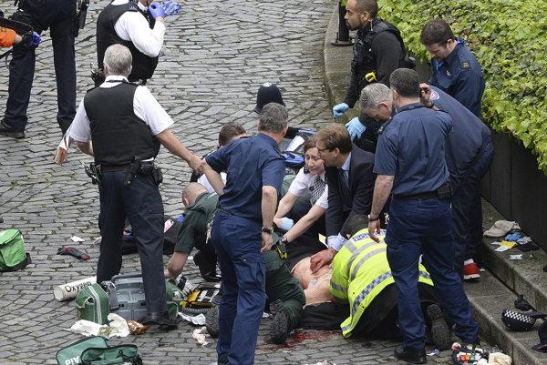 Ellwood pomáhal pri záchrane zraneného policajta.
