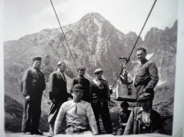 Historické zábery z výstavby visutej lanovej dráhy na Lomnický štít.