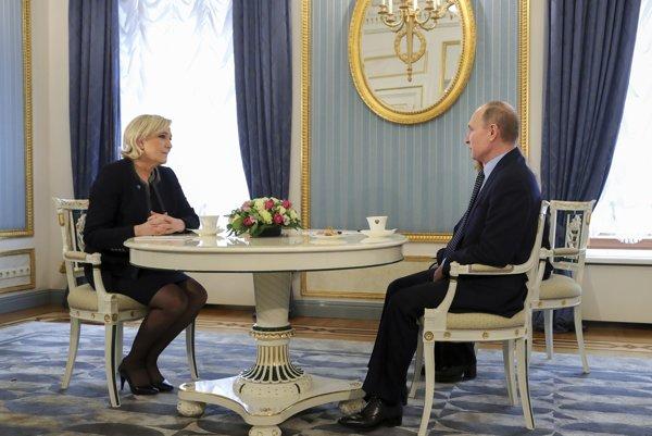 Le Penová a Putin na stretnutí v Moskve.