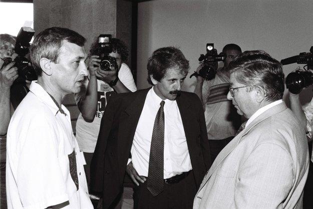 Na snímke /zľava/ exposlanec František Gaulieder (ako hosť), poslanec za KDH Mikuláš Dzurinda a Ladislav Pittner na chodbe Národnej rady Slovenskej republiky v roku 1997.