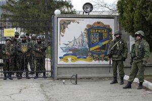 Ruskí vojaci pred bránou ukrajinskej základne v Prevolnom na Kryme.
