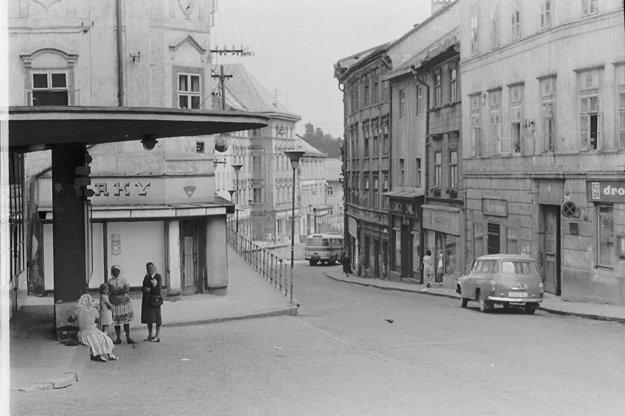 Pohľad od takzvaného Hríba na hlavnú ulicu mesta.