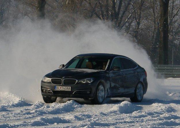 Povrch na okruhu sa menil od prachoveho snehu, cez ujazdený vyšmýkaný sneh až po trčiaci asfalt.