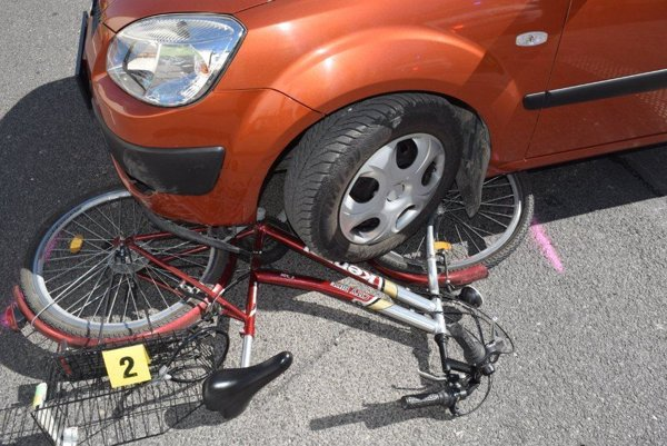 Cyklistka išla smerom z Liptovského Mikuláša do Ružomberka. Šofér auta vychádzal od bytovky na hlavnú cestu.